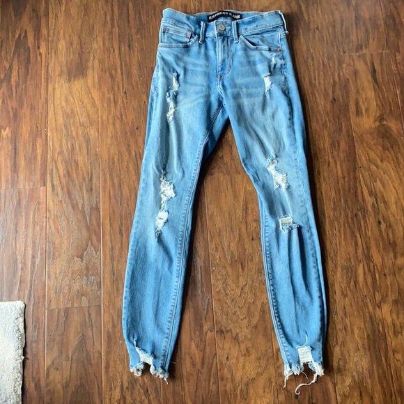 Size 00 Express Light wash ripped skinny jeans.